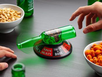 Selskapsleken flasketuten peker på